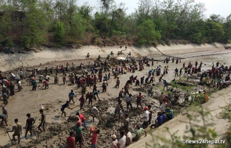 स्थानीय तथा उपभोक्ताहरुको पहलमा बबई सिंचाई आयोजनाको मुल नहर सरसफाई (फोटो)